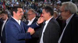Ο πρωθυπουργός Αλέξης Τσίπρας (Α) σε χειραψία κατά την άφιξή του με τον υπουργό Οικονομικών Ευκλείδη Τσακαλώτο (2Δ). ΦΩΤΟΓΡΑΦΙΑ ΑΡΧΕΙΟΥ. ΑΠΕ ΜΠΕ/ΑΛΕΞΑΝΔΡΟΣ ΒΛΑΧΟΣ