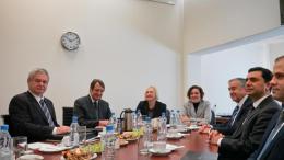 Επί 9 ώρες συζήτησαν σήμερα οι διαπραγματευτές. Φωτογραφία αρχείου από παλαιότερη επαφή των δύο αντιπροσωπειών. Διακρίνεται ο πρόεδρος Αναστασιάδης και ο Μουσταφά Ακιντζί. ΚΥΠΕ.