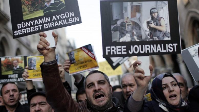 Φωτογραφία αρχείου όπου εικονίζονται Τούρκοι δημοσιογράφοι που διαμαρτύρονται για συλλήψεις συναδέλφων τους. EPA/SEDAT SUNA