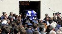 Η σορός του συνταγματάρχη Θωμά Αδάμου μεταφέρεται στην τελευταία του κατοικία από το Παλαιοκκλήσι Καρδίτσας. ο οποίος έχασε τη ζωή του από την πτώση του στρατιωτικού ελικοπτέρου στο Σαραντάπορο Ελασσόνας. Συγγενείς, φίλοι, στελέχη των Ενόπλων Δυνάμεων και εκατοντάδες πολίτες είπαν το τελευταίο αντίο με ένα παρατεταμένο χειροκρότημα. ΑΠΕ-ΜΠΕ/ΑΠΕ-ΜΠΕ/ΧΑΣΙΑΛΗΣ ΒΑΪΟΣ