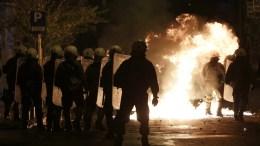 ΦΩΤΟΓΡΑΦΙΑ ΑΡΧΕΙΟΥ. Άνδρες των ΜΑΤ περπατούν ανάμεσα από φωτιές από βόμβες μολότοφ. ΑΠΕ-ΜΠΕ/ΓΙΑΝΝΗΣ ΚΟΛΕΣΙΔΗΣ