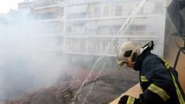 ΦΩΤΟΓΡΑΦΙΑ ΑΡΧΕΙΟΥ. Πυροσβέστες προσπαθούν να θέσουν υπό έλεγχο πυρκαγιά. ΑΠΕ-ΜΠΕ/Παντελής Σαίτας