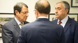 Ο Πρόεδρος της Κυπριακής Δημοκρατίας κ. Νίκος Αναστασιάδης με τον κατοχικό ηγέτη Μουσταφά Ακιντζί, και τον κ. 'Αιντα. Φωτογραφία ΓΤΠ, ΣΤΑΥΡΟΣ ΙΩΑΝΝΙΔΗΣ