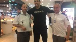 Ο Ενες Καντέρ στο αεροδρόμιο με αστυνομικούς. Φωτογραφία via Twitter