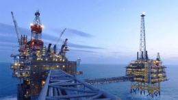 Αίτηση ενδιαφέροντος για έρευνα και εκμετάλλευση υδρογονανθράκων σε δύο θαλάσσιες περιοχές της Κρήτης, κατέθεσαν σήμερα στον Υπουργό Περιβάλλοντος και Ενέργειας, Γιώργο Σταθάκη, από κοινού, οι εταιρίες Total, ExxonMobil και Ελληνικά Πετρέλαια (ΕΛΠΕ). Φωτογραφία ΚΥΠΕ