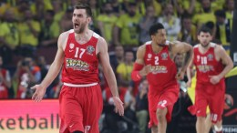 Olympiacos' Vangelis Mantzaris (L) reacts during the Euroleague Final Four Championship match between Fenerbahce Istanbul and Olympiacos in Istanbul, Turkey 21 May 2017. EPA, TOLGA BOZOGLU