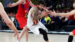 Olympiacos Piraeus' Georgios Printezis (C) in action against CSKA Moscow players Victor Khryapa (L) and Milos Teodosic (R) during the Euroleague Final Four semi final basketball match between CSKA Moscow and Olympiacos Piraeus in Istanbul, Turkey, 19 May 2017. EPA, SEDAT SUNA