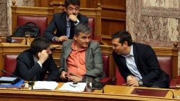 File Photo: Ο πρωθυπουργός Αλέξης Τσίπρας (Δ) μιλά με τον ΥΠΟΙΚ Ευκλείδη Τσακαλώτο (Κ) και τον ΑνΥΠΟΙΚ Γιώργο Χουλιαράκη (Α) στη συνεδρίαση της Ολομέλειας της Βουλής κατά τη συζήτηση και ψήφιση των μέτρων για το κλείσιμο της β' αξιολόγησης, ΑΠΕ-ΜΠΕ, Aλέξανδρος Μπελτές