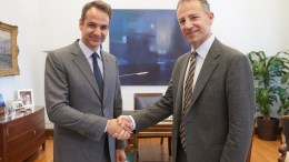 Ο πρόεδρος της Νέας Δημοκρατίας Κυριάκος Μητσοτάκης υποδέχεται τον αρμόδιο για τις ευρωπαϊκές υποθέσεις αναπληρωτή βοηθό υπουργό Εξωτερικών των Η.Π.Α. Jonathan Cohen. ΑΠΕ-ΜΠΕ/ΓΡΑΦΕΙΟ ΤΥΠΟΥ ΝΔ/ΔΗΜΗΤΡΗΣ ΠΑΠΑΜΗΤΣΟΣ