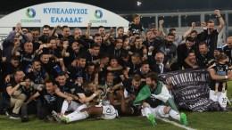 Οι παίκτες του ΠΑΟΚ πανηγυρίζουν κρατώντας το κύπελλο μετά το τέλος του τελικού αγώνα κυπέλλου Ελλάδας, μεταξύ των ομάδων του ΠΑΟΚ και της ΑΕΚ, το Σάββατο 6 Μαΐου 2017, στο «Πανθεσσαλικό» Στάδιο, στο Βόλο. Για 5η φορά στην ιστορία του ο ΠΑΟΚ στέφθηκε Κυπελλούχος Ελλάδας, καθώς στον τελικό που διεξήχθη στο Πανθεσσαλικό στάδιο και σημαδεύθηκε από σοβαρά επεισόδια πριν την έναρξη, νίκησε 2-1 την ΑΕΚ. ΑΠΕ ΜΠΕ, PIXEL, ΣΩΤΗΡΗΣ ΜΠΑΡΜΠΑΡΟΥΣΗΣ