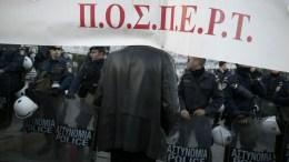Πανό της ΠΟΣΠΕΡΤ μπροστά από αστυνομικούς κατά την διάρκεια της συγκέντρωσης διαμαρτυρίας. Φωτογραφία Αρχείου.  ΑΠΕ-ΜΠΕ / ΑΛΚΗΣ ΚΩΝΣΤΑΝΤΙΝΙΔΗΣ