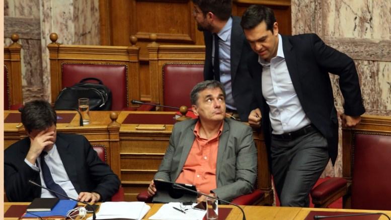 Ο πρωθυπουργός Αλέξης Τσίπρας (Δ) με τον ΥΠΟΙΚ Ευκλείδη Τσακαλώτο (Κ) και τον ΑνΥΠΟΙΚ Γιώργο Χουλιαράκη (Α) στη συνεδρίαση της Ολομέλειας της Βουλής κατά τη συζήτηση και ψήφιση των μέτρων για το κλείσιμο της β' αξιολόγησης. ΑΠΕ-ΜΠΕ, Αλέξανδρος Μπελτές