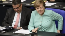 German Foreign Minister Sigmar Gabriel (L) and German Chancellor Angela Merkel sit next to each other during a session at the German 'Buntestag' parliament in Berlin, Germany. EPA, CLEMENS BILAN