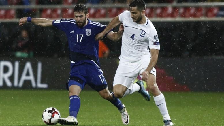 FILE PHOTO: Ο παίκτης της Εθνικής Ελλάδος Κώστας Μανωλάς (Δ) μαρκάρει τον παίκτη της Κύπρου George Efrem (Α) που έχει την κατοχή της μπάλας κατά τη διάρκεια του αγώνα Εθνική Ελλάδας Εθνική Κύπρου για την 2η αγωνιστική του 8ου ομίλου, για την πρόκριση στην τελική φάση του Παγκοσμίου Κυπέλλου 2018, στο γήπεδο «Γ. Καραϊσκάκης», Παρασκευή 7 Οκτωβρίου 2016. ΑΠΕ ΜΠΕ, ΓΙΑΝΝΗΣ ΚΟΛΕΣΙΔΗΣ
