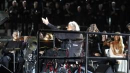 FILE PHOTO: Ο Μίκης Θεοδωράκης (Κ) καθισμένος στο καροτσάκι στην σκηνή διευθύνει την ορχήστρα στο τελευταίο τραγούδι της βραδιάς στην συναυλία που διοργανώθηκε προς τιμήν του, στο Παναθηναίκό Στάδιο, Δευτέρα 19 Ιουνίου 2017. ΑΠΕ ΜΠΕ, ΑΛΕΞΑΝΔΡΟΣ ΒΛΑΧΟΣ
