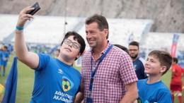 Ο προπονητής της Εθνικής Ομάδας Μίκαελ Σκίμπε με τα παιδιά του φεστιβάλ Αθλητικών Ακαδημιών ΟΠΑΠ