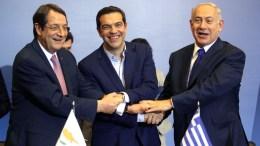 ΦΩΤΟΓΡΑΦΙΑ ΑΡΧΕΙΟΥ. Ο πρωθυπουργός της Ελλάδας Αλέξης Τσίπρας (Κ), ο πρωθυπουργός του Ισραήλ Μπέντζαμιν Νετανιάχου (Δ) και ο Πρόεδρος της Κύπρου Νίκος Αναστασιάδης (Α) ανταλλάσουν χειραψία. ΑΠΕ ΜΠΕ/PIXEL/ΣΩΤΗΡΗΣ ΜΠΑΡΜΠΑΡΟΥΣΗΣ