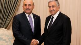 Ο υπουργός Εξωτερικών της Τουρκίας, Μεβλούτ Τσαβούσογλου και ο κατοχικός ηγέτης, Μουσταφά Ακιντζί. Φωτογραφία: ΚΥΠΕ
