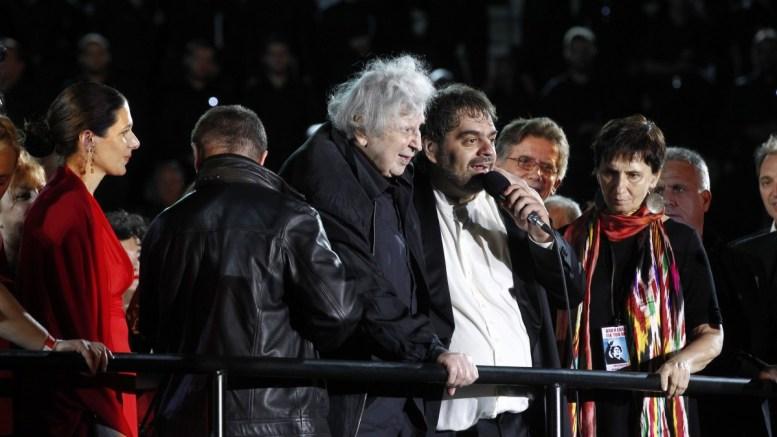 Ο Μίκης Θεοδωράκης (3Α) όρθιος στην σκηνή αφού διηύθυνε την ορχήστρα στο τελευταίο τραγούδι της βραδιάς στην συναυλία που διοργανώθηκε προς τιμήν του, στο Παναθηναίκό Στάδιο, Δευτέρα 19 Ιουνίου 2017. Για πρώτη φορά στην ιστορία 1000 χορωδοί απο 30 πόλεις της Ελλάδας θα σχηματίσουν μία πελώρια χορωδία, η οποία με τη συνοδεία Συμφωνικής Μαντολινάτας θα αποδώσει μερικά από τα αριστουργήματα του μεγάλου δημιουργού. ΑΠΕ ΜΠΕ/ΑΠΕ ΜΠΕ/ΑΛΕΞΑΝΔΡΟΣ ΒΛΑΧΟΣ