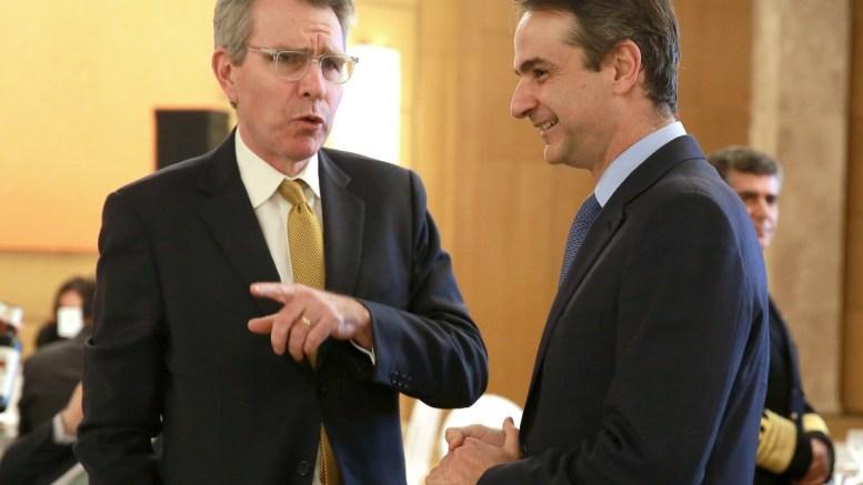 Ο Αμερικανός πρέσβης στην Αθήνα Τζέφρεϋ Πάιατ (Geoffrey R. Pyatt) (Α) συνομιλεί με τον πρόεδρο της Νέας Δημοκρατίας Κυριάκο Μητσοτάκη (Δ) σε συνέδριο του Economist, σε κεντρικό ξενοδοχείο της Αθήνας. ΑΠΕ-ΜΠΕ, ΣΥΜΕΛΑ ΠΑΝΤΖΑΡΤΖΗ