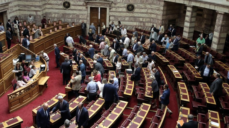FILE PHOTO: Βουλευτές ψηφίζουν για το άνοιγμα του φακέλου της Κύπρου στη συνεδρίαση της Ολομέλειας της Βουλής. 2017. ΑΠΕ-ΜΠΕ, ΣΥΜΕΛΑ ΠΑΝΤΖΑΡΤΖΗ