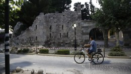 Ποδηλάτης περνάει δίπλα από τα συντρίμμια που προξένησε ο σεισμός μεγέθους 6,6 Ρίχτερ στην Κω. ΑΠΕ ΜΠΕ/ΓΙΑΝΝΗΣ ΚΟΛΕΣΙΔΗΣ.