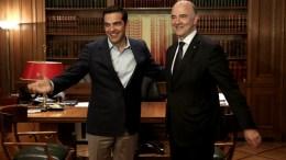 Ο πρωθυπουργός Αλέξης Τσίπρας υποδέχεται τον Επίτροπο Pierre Moscovici, αρμόδιο για τις Οικονομικές και τις Δημοσιονομικές Υποθέσεις, την Φορολογία και τα Τελωνεία κατά τη συνάντησή τους στο Μέγαρο Μαξίμου, Αθήνα. ΑΠΕ-ΜΠΕ/ΣΥΜΕΛΑ ΠΑΝΤΖΑΡΤΖΗ.