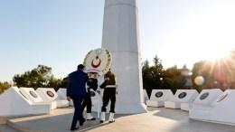 Ο κατοχικός ηγέτης Μουσταφά Ακιντζί καταθέτει στεφάνι στο μνημείο για τον Ραούφ Ντενκτάς; Photo via Twitter,