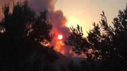 Πνέουν πολύ δυνατοί άνεμοι στα Κύθηρα όπου μαίνεται η φωτιά. 37 πυροσβέστες με 26 οχήματα και 22 άτομα πεζοπόρου τμήματος προσπαθούν να «δαμάσουν» τις φλόγες. Φωτογραφία ΜΑΡΩ ΛΕΟΝΑΡΔΟΥ