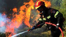 Πυροσβέστες επιχειρούν σε μέτωπο πυρκαγιάς. Φωτογραφία Αρχείου: ΑΠΕ-ΜΠΕ, ΑΛΕΞΑΝΔΡΟΣ ΒΛΑΧΟΣ