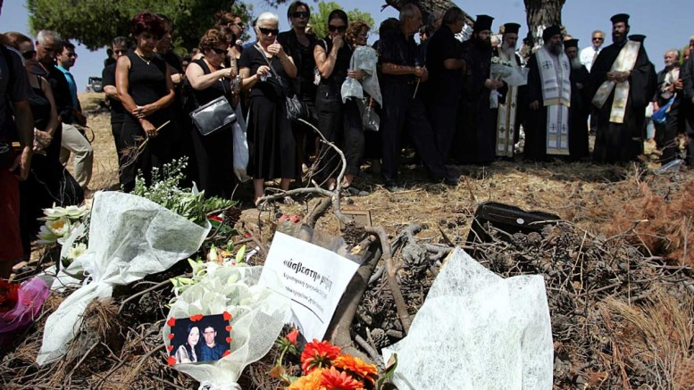 """ΦΩΤΟΓΡΑΦΙΑ ΑΡΧΕΙΟΥ  από μνημόσυνο για τα θύματα από το αεροπορικό δυστύχημα της εταιρίας """"Ήλιος"""" στο Γραμματικό. ΑΠΕ-ΜΠΕ/ΜΑΡΓΑΡΙΤΑ ΚΙΑΟΥ"""