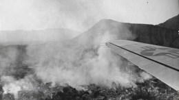 Άποψη της καταστροφής από αμερικανικό αεροπλάνο της ανθρωπιστικής βοήθειας. Photo via https://commons.wikimedia.org/w/index.php?curid=38985139