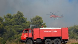 Πυροσβεστικό όχημα και ελικόπτερο προσπαθούν για την κατάσβεσηπυρκαγιάς. ΦΩΤΟΓΡΑΦΙΑ ΑΡΧΕΙΟΥ. ΑΠΕ ΜΠΕ/STR