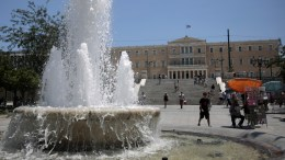 Αθηναίοι και τουρίστες προσπαθούν να προφυλαχθούν από την έντονη ζέστη που επικρατεί στο κέντρο της Αθήνας. ΦΩΤΟΓΡΑΦΙΑ ΑΡΧΕΙΟΥ. ΑΠΕ-ΜΠΕ/ΑΛΕΞΑΝΔΡΟΣ ΒΛΑΧΟΣ