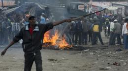 Άνδρες της κενυατικής αστυνομίας σκότωσαν δύο διαδηλωτές στην παραγκούπολη Μαδάρε του Ναϊρόμπι σήμερα κατά τη διάρκεια επεισοδίων που ξέσπασαν αφού η αντιπολίτευση κατηγόρησε την κυβέρνηση για νοθεία στις εκλογές. Φωτογραφία: ΚΥΠΕ.