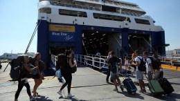 Παραθεριστές επιβιβάζονται σε πλοίο που ταξιδεύει προς Κυκλάδες, Πειραιάς. Χιλιάδες Αθηναίοι και τουρίστες ξεκινούν τις διακοπές τους. ΑΠΕ-ΜΠΕ/ΟΡΕΣΤΗΣ ΠΑΝΑΓΙΩΤΟΥ.
