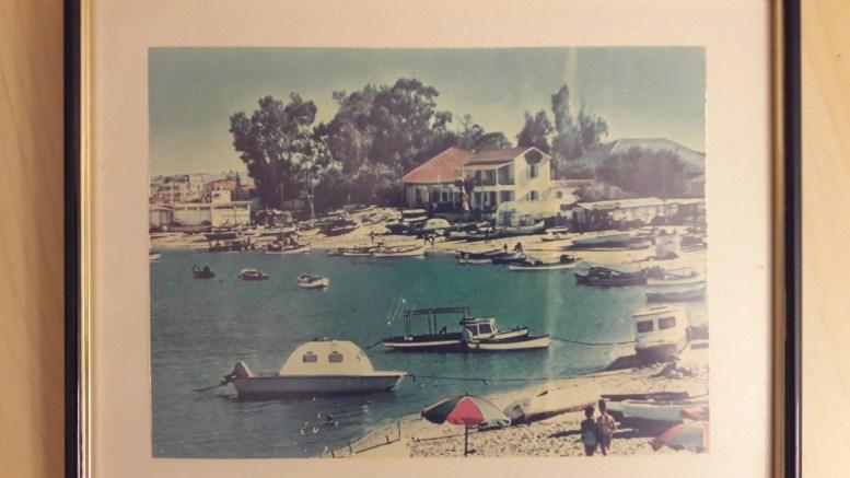 Η φωτογραφία με παραλία της Αμμοχώστου που δόθηκε στον κ. Κοτζιά, η οποία ηταν κρεμμασμένη απο το 1974, μετά την Τουρκική εισβολή, στο πατρικό σπίτι του Νίκου Αντωνιάδη.