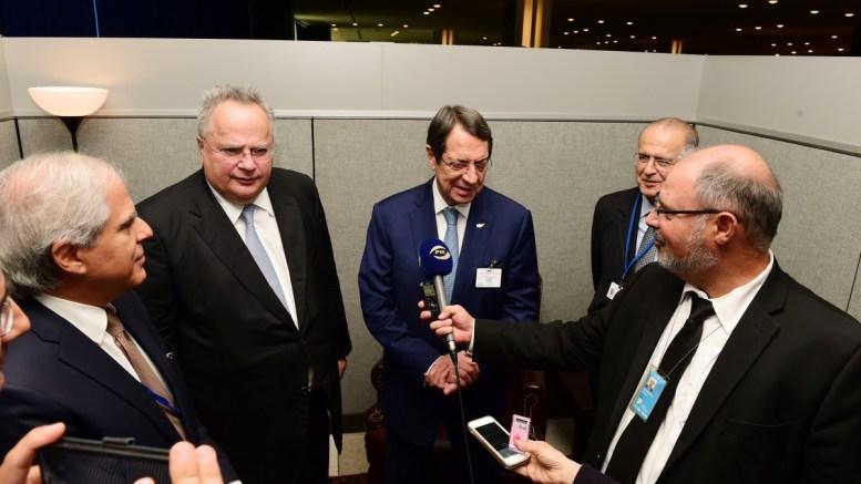 Ο Πρόεδρος της Κυπριακής Δημοκρατίας Νίκος Αναστασιάδης συναντήθηκε με τον Υπουργό Εξωτερικών της Ελλάδας, Νίκο Κοτζιά, στο περιθώριο των εργασιών της 72ης Συνόδου της Γενικής Συνέλευσης του ΟΗΕ στη Νέα Υόρκη. Δεξιά ο συνάδελφος Αποστόλης Ζουπανιώτης. Φωτογραφία ΔΗΜΗΤΡΗΣ ΠΑΝΑΓΟΣ