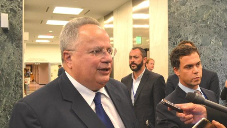 Ο υπουργός Εξωτερικών Νίκος Κοτζιάς με τον εκπρόσωπο του υπουργείου Εξωτερικών Αλέξανδρο Γεννηματά. Φωτογραφία υπουργείου Εξωτερικών