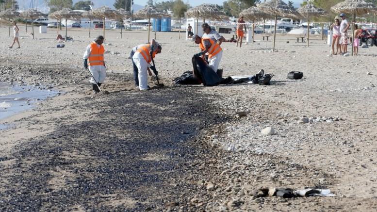 """Εργαζόμενοι προσπαθούν να αντιμετωπίσουν πετρελαιοκηλίδα στην παραλία της Γλυφάδας , Πέμπτη 14 Σεπτεμβρίου 2017. Αμμουδιές της παραλιακής ζώνης της Αθήνας και βεβαίως οι ακτές της Σαλαμίνας έχουν ρυπανθεί από το πετρέλαιο που διέρρευσε από το ναυάγιο του πετρελαιοφόρου πλοίου """"Αγία Ζώνη ΙΙ """" που βούλιαξε την Κυριακή στο Σαρωνικό κόλπο. Συνεργεία καταβάλουν προσπάθεια να μην επεκταθεί η ρύπανση και να καθαρίσουν τις ακτές. ΑΠΕ-ΜΠΕ/ΑΠΕ-ΜΠΕ/Παντελής Σαίτας"""