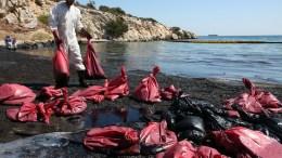 """Συνεργείο καθαρισμού προσπαθεί να καθαρίσει το μαζούτ από την παραλία των Σεληνίων στη Σαλαμίνα, Σάββατο 16 Σεπτεμβρίου 2017. Το πετρέλαιο διέρρευσε από το ναυάγιο του πετρελαιοφόρου πλοίου """"Αγία Ζώνη ΙΙ """" που βούλιαξε την περασμένη Κυριακή στη Σαλαμίνα. ΑΠΕ-ΜΠΕ, Αλέξανδρος Μπελτές"""