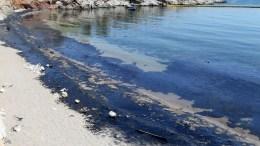 Πετρέλαιο στην παραλία των Σεληνίων στην Σαλαμίνα, μετά τη βύθιση του πετρελαιοφόρου. ΑΠΕ-ΜΠΕ/Παντελής Σαίτας