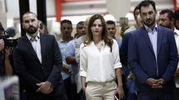 Η υπουργός Εργασίας, Κοινωνικής Ασφάλισης & Κοινωνικής Αλληλεγγύης, Έφη Αχτσιόγλου, ο υπουργός Επικρατείας & Κυβερνητικός Εκπρόσωπος, Δημήτρης Τζανακόπουλος (Α) και ο αναπληρωτής υπουργός Οικονομίας & Ανάπτυξης, Αλέξης Χαρίτσης (Δ) παρακολουθούν την ομιλία του πρωθυπουργού Αλέξη Τσίπρα στο εργοστάσιο της βιομηχανίας «Παπαστράτος ΑΒΕΣ» στον Ασπρόπυργο Αττικής , Τρίτη 29 Αυγούστου 2017. ΑΠΕ-ΜΠΕ / ΑΠΕ-ΜΠΕ / ΓΙΑΝΝΗΣ ΚΟΛΕΣΙΔΗΣ