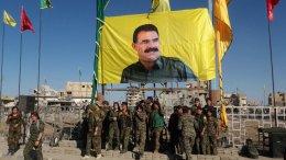 Ένα τεράστιο λάβαρο με την εικόνα του Αμπντουλάχ Οτσαλάν, ηγέτη του Εργατικού Κόμματος του Κουρδιστάν PKK, υψώθηκε στο κέντρο της συριακής πόλης Ράκας από τις κουρδικές δυνάμεις που φέρουν τη στήριξη των ΗΠΑ, προκαλώντας την έντονη αντίδραση της Άγκυρας που τόνισε ότι η κίνηση θα βλάψει περαιτέρω τις ήδη τεταμένες σχέσεις Άγκυρας - Ουάσιγκτον. Φωτογραφία via youtube