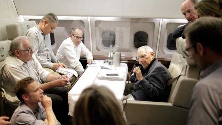 Ο υπουργός Οικονομικών της Γερμανίας, Σόιμπλε στο αεροπλάνο με προορισμό την Ουάσιγκτον για τη σύνοδο του ΔΝΤ. Φωτογραφία via Twitter, @BMF_Bund