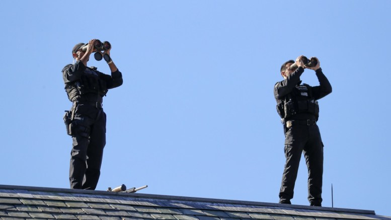 Members of the US Secret Service stand post on the roof of the West Wing of the White House in Washington, DC, USA, 17 October 2017. US President Donald J. Trump, who was participating in radio interviews, is scheduled to meet with Greek Prime Minister later in the day.  EPA/SHAWN THEW
