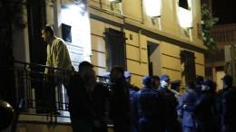 Ο αδελφός (Α-ΠΑΝΩ) του δολοφονημένου έξω από το δικηγορικό γραφείο που δολοφονήθηκε ο δικηγόρος Μιχάλης Ζαφειρόπουλος και γιος του πρώην βουλευτή της Νέας Δημοκρατίας, Επαμεινώνδα Ζαφειρόπουλου, Πέμπτη 12 Οκτωβρίου 2017. Όπως αναφέρουν τα πρώτα στοιχεία, σύμφωνα με μαρτυρία συνεργάτη του δικηγόρου, που ήταν σε διπλανό γραφείο, ο Μιχάλης Ζαφειρόπουλος άνοιξε την πόρτα της εισόδου της πολυκατοικίας σε δύο άγνωστα άτομα, τα οποία ανέβηκαν στον όροφο που είναι το γραφείο του. Ξαφνικά ακούστηκε ένας πυροβολισμός και όταν ο συνεργάτης του έτρεξε να δει τι είχε συμβεί, βρήκε τον δικηγόρο να έχει γύρει νεκρός πάνω στο γραφείο του, ενώ οι δράστες είχαν φύγει. ΑΠΕ ΜΠΕ, ΓΙΑΝΝΗΣ ΚΟΛΕΣΙΔΗΣ