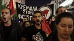 Διαδηλωτές φωνάζουν συνθήματα συμμετέχοντας σε αντιφασιστική συγκέντρωση ενάντια στο άνοιγμα νέων γραφείων της Χρυσής Αυγής στον Πειραιά, στην πλατεία Κοραή, την Παρασκευή 20 Οκτωβρίου 2017, μετά από κάλεσμα της οικογένειας Φύσσα, αντιφασιστικών οργανώσεων, σωματείων και συλλογικοτήτων. ΑΠΕ-ΜΠΕ/ΑΠΕ-ΜΠΕ/ΣΥΜΕΛΑ ΠΑΝΤΖΑΡΤΖΗ