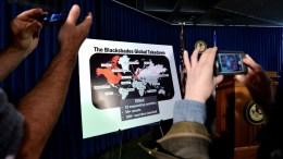 Φωτογραφία αρχείου  Two people photograph a map after a press conference by Preet Bharara, United States attorney for the Southern District of New York, where he discussed charges against suspected computer hackers related into an international malware group called Blackshades.  EPA/JUSTIN LANE