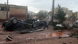 Κατεστραμμένα αυτοκίνητα διακρίνονται μέσα σε πλημμυρισμένο από λάσπη δρόμο, στη Μάνδρα Αττικής, μετά τις καταρρακτώδεις βροχές που έπληξαν την περιοχή. ΑΠΕ - ΜΠΕ/ΑΠΕ – ΜΠΕ/ ΠΑΝΤΕΛΗΣ ΣΑΙΤΑΣ